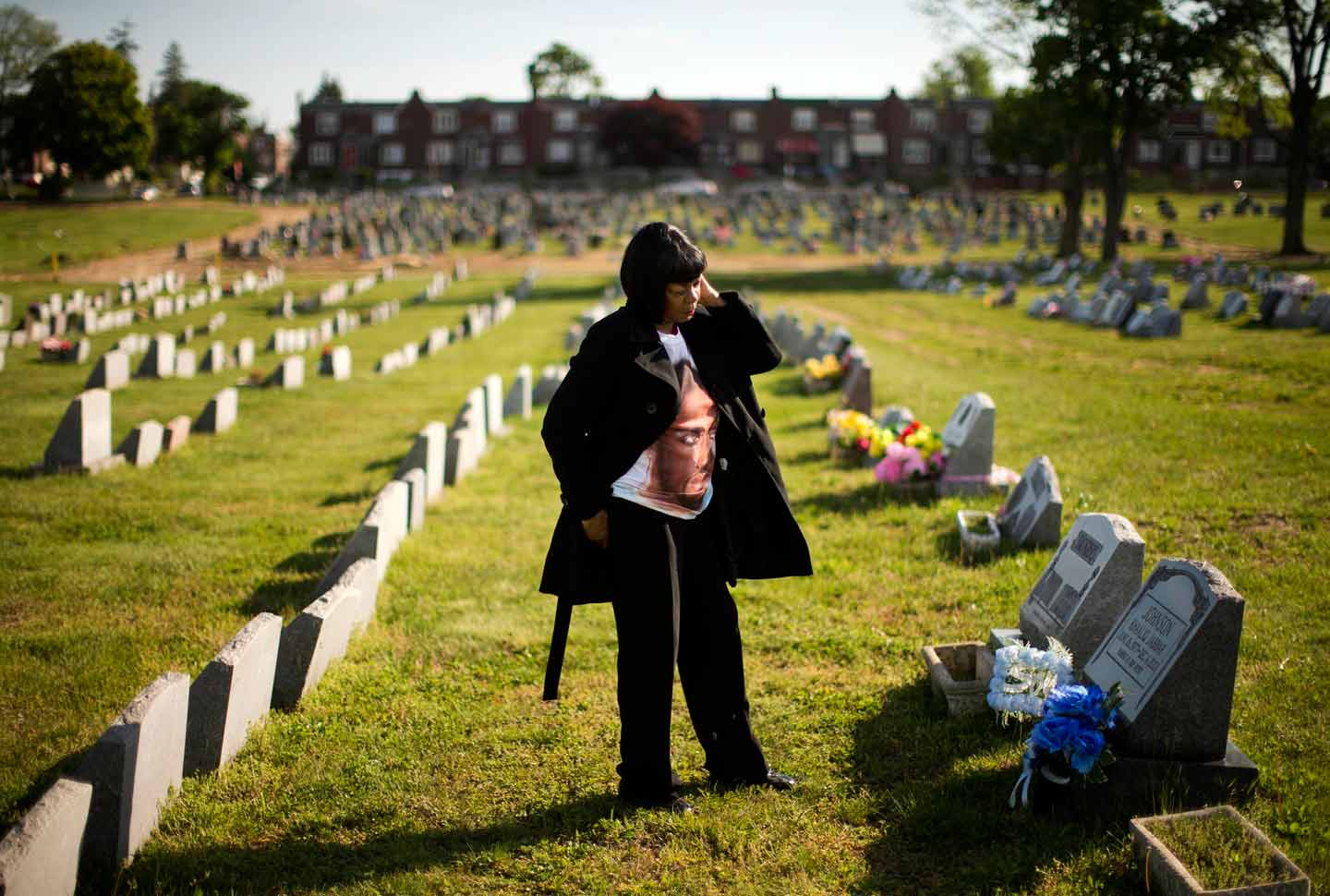 Dorothy Johnson-Speight visits the grave of her son, Khaaliq Jabbar Johnson, who was shot dead over a parking space dispute in 2001, Philadelphia, May 9, 2016.  (AP Photo / Matt Rourke)