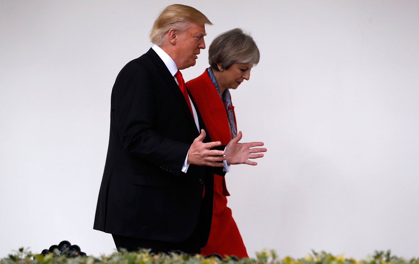 President Donald Trump and British Prime Minister Theresa May walk along the colonnades of the White House in Washington on January 27, 2017. (AP Photo / Pablo Martinez Monsivais)